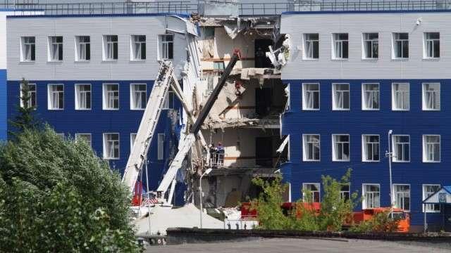 LifeNews публикует видео обрушения казармы учебного центра ВДВ в Омске