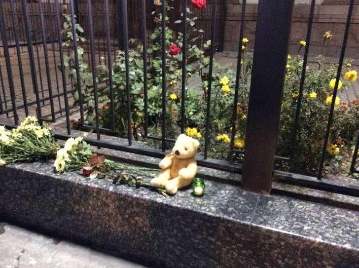 Люди всегда остаются людьми. Украинцы несут цветы к российскому посольству