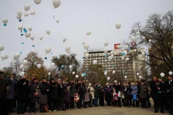 Митинг скорби по погибшим в авиакатастрофе А321 проходит в Донецке