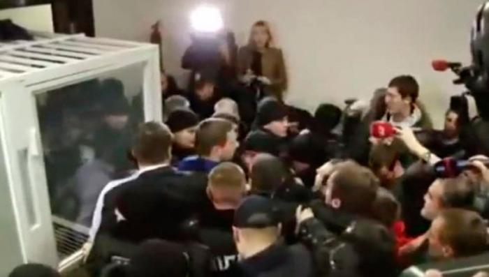 В киевском суде депутаты пытались задушить прокурора галстуком