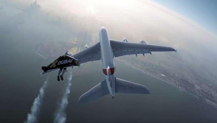 Экстремалы с реактивными ранцами пронеслись рядом с самолётом над Дубаем
