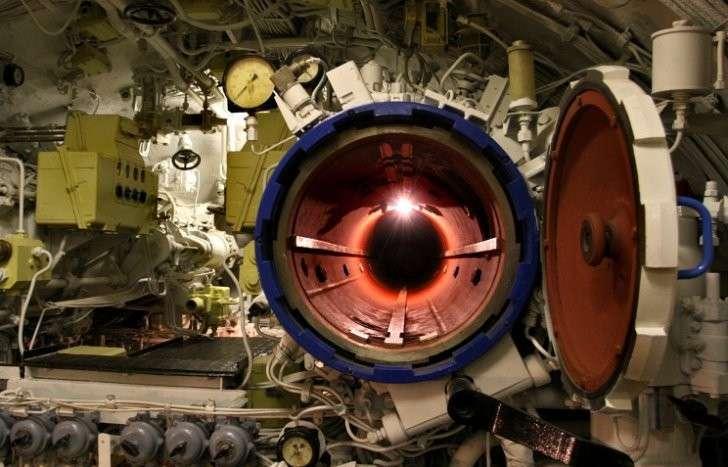 Торпедный люк в подводной лодке