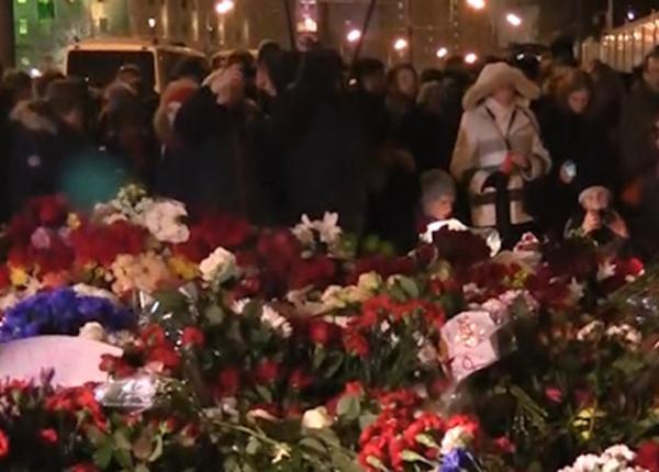 К посольству Франции в Москве до сих пор несут цветы
