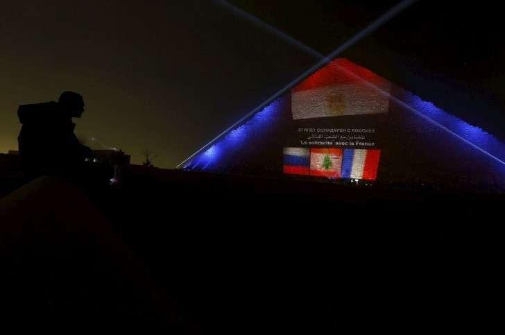 Египтяне осветили пирамиду Хеопса флагами России, Франции и Ливана