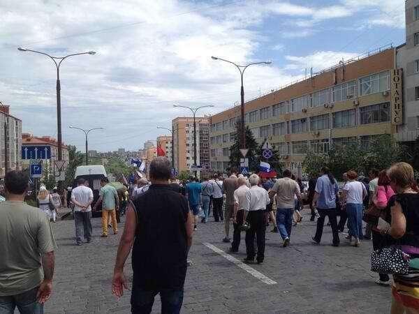 В Донецке митингующие блокировали резиденцию олигарха Рината Ахметова