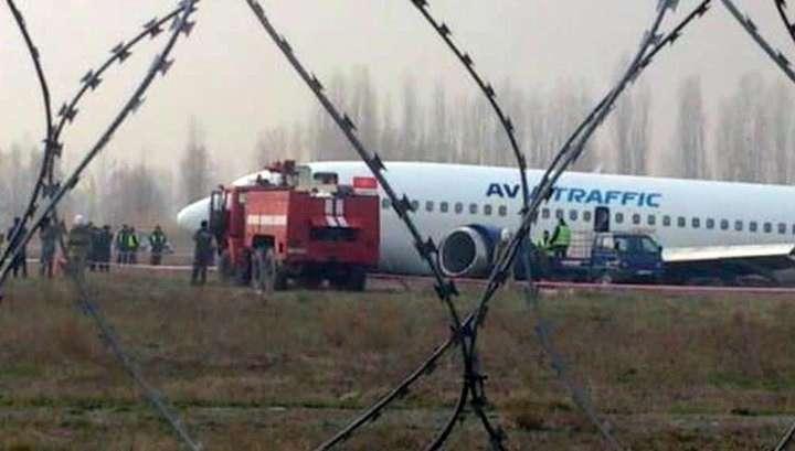 У Boeing-737 в Киргизии повреждены все шасси и оторвано крыло