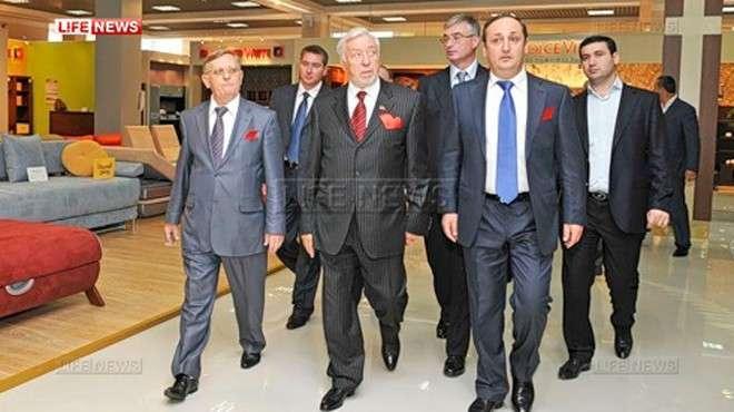 Роман Манаширов (в первом ряду справа)