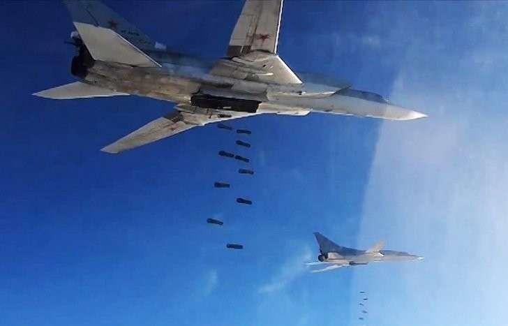 Бомбардировщики-ракетоносцы Ту-22 Дальней авиации Воздушно-космических сил России во время нанесения удара по объектам террористической группировки ИГ