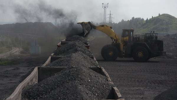 Погрузка угля в вагоны, архивное фото