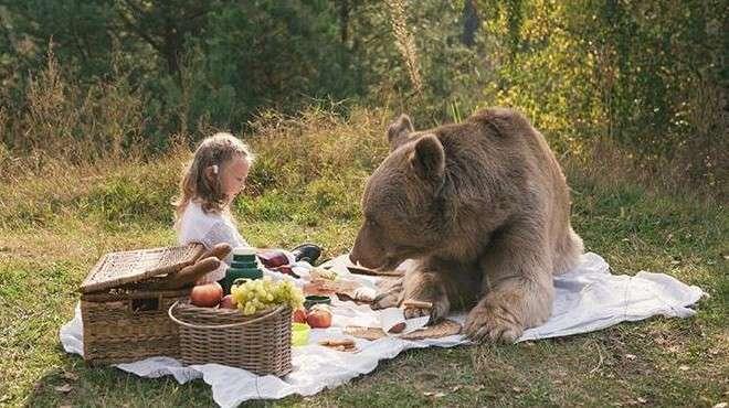 Фотосессия русской семьи с медведем ввергла западные СМИ в шок