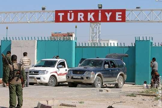 Лавров: Россия поддерживает идею Олланда перекрыть турецко-сирийскую границу