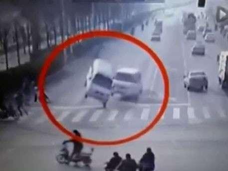 В Китае несколько автомобилей почему-то поднялись в воздух