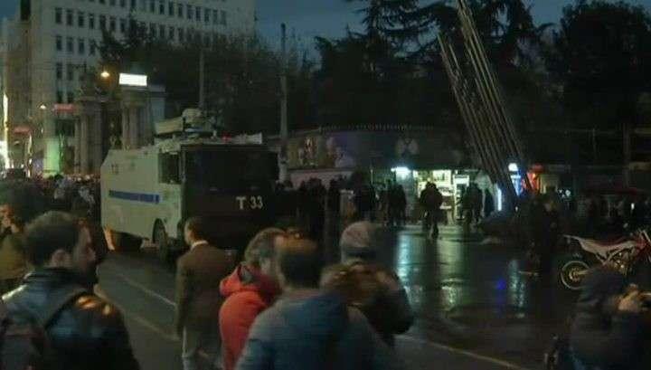 В Стамбуле на улицах протестующих разгоняют газом, ранены несколько человек