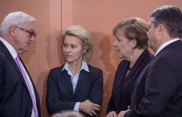 Глава МИД Германии Франк Вальтер Штайнмайер, министр обороны ФРГ Урсула фон дер Ляйен, канцлер Германии Ангела Меркель и министр экономики Германии Зигмар Габриэль