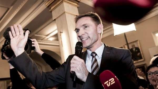 Евроскептик и лидер Датской народной партии Кристиан Тулесен Даль празднует победу на референдуме по сближению с ЕС