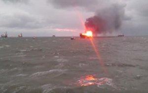 На горящей нефтеплатформе в Каспийском море идёт эвакуация