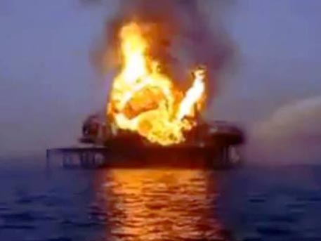 При пожаре на платформе в Азербайджане погибли 32 нефтяника
