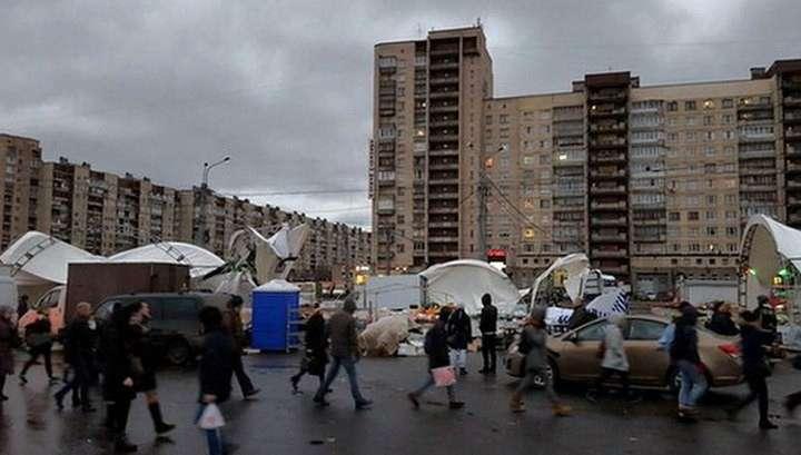 Ветер обвалил на людей рынок в Петербурге