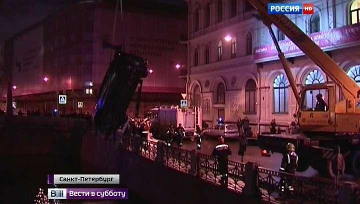 Журналисты «Вестей» спасли людей, чья машина улетела в Мойку