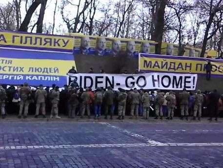 Киевляне вышли с плакатами «Байден, возвращайся домой»