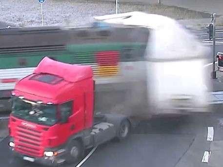 В Чехии пассажирский поезд протаранил фуру