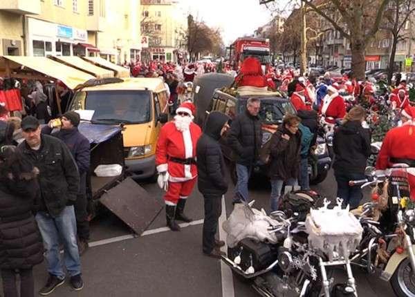 В Берлине Санта-байкеры развозят подарки детям и малоимущим