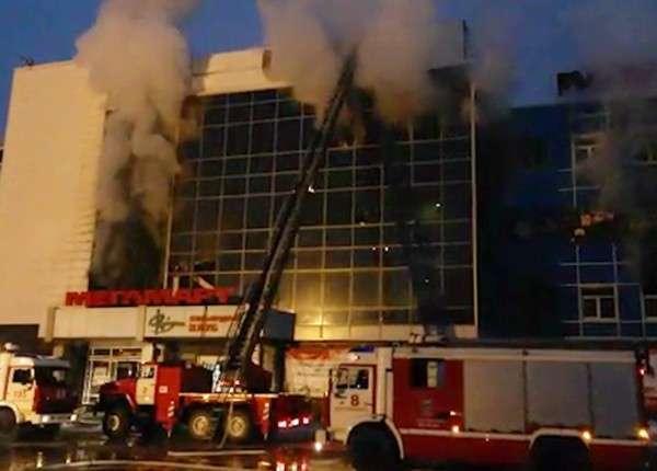 Пожар в екатеринбургском ТЦ потушен, пострадавших нет
