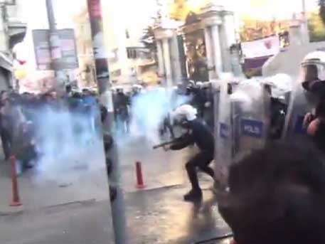 Полиция применила слезоточивый газ для разгона участников протеста в Стамбуле