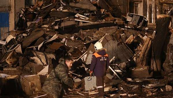 Сотрудник МЧС РФ у разрушенного в результате взрыва бытового газа многоэтажного дома по улице Космонавтов в Волгограде