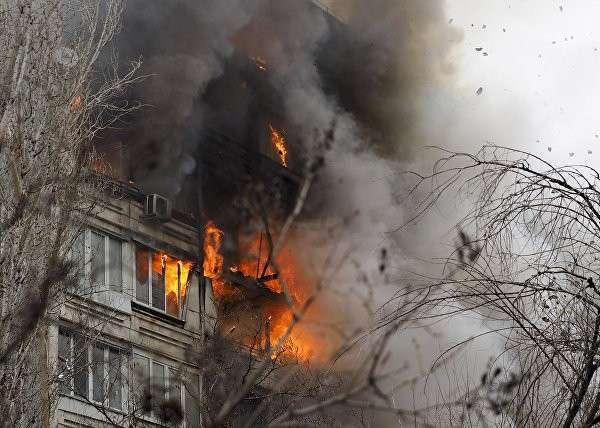 Спасатели разбирают завалы дома в Волгограде и находят первых жертв