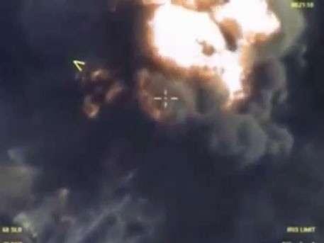 Колонна бензовозов ИГИЛ горит ярким пламенем после удара ВКС РФ
