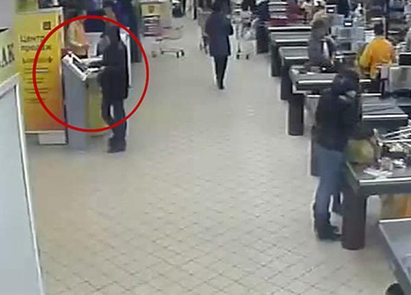 Воры взломали терминал QIWI в супермаркете на глазах у охранников