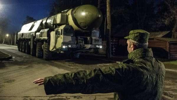 Пусковая установка Тополь с транспортно-пусковым контейнером во время транспортировки из Серпухова в Москву. Архивное фото