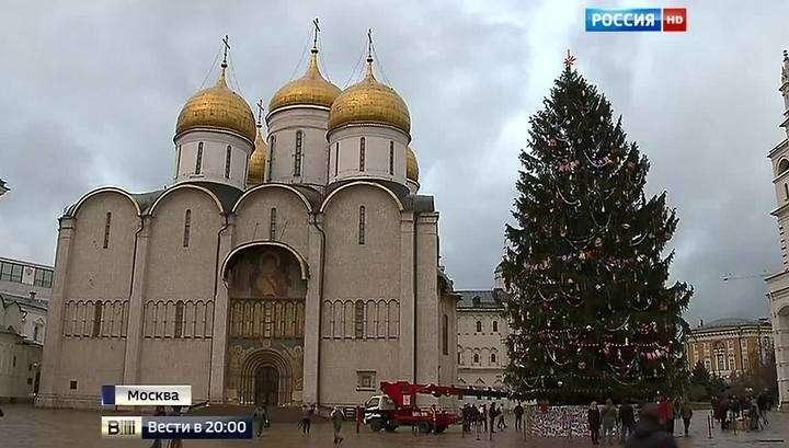 В Москве нарядили главную ёлку двумя тысячимс игрушек в стиле ретро