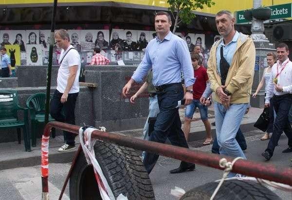 В центре Киева жгут шины, протестуя против призывов освободить Майдан