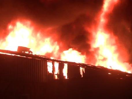 Пожарные несколько часов тушат полыхающий завод в Харькове