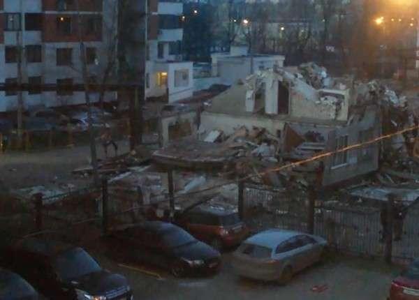 В Москве при сносе пятиэтажки бетонная плита упала на автомобили