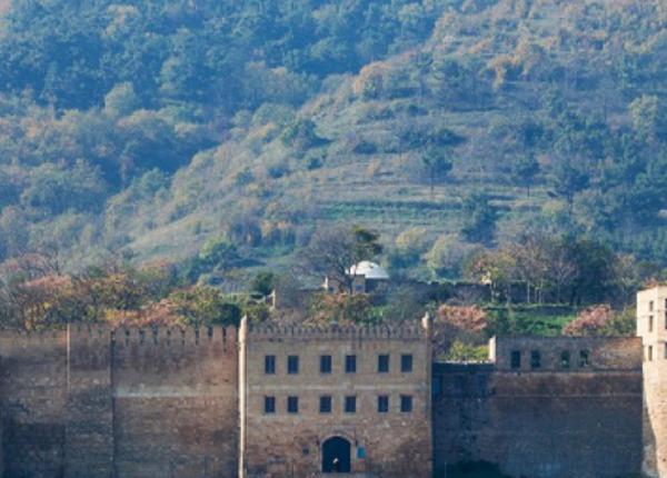 Отдыхающих в Дербенте туристов обстреляли боевики, присягнувшие ДАИШ