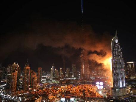 Отель-небоскреб полыхает в центре Дубая, десятки этажей в огне