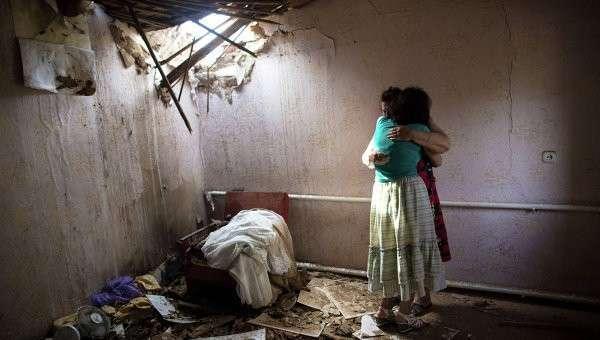 Женщины в доме, разрушенном в результате артобстрела со стороны украинских военных на окраине Славянска