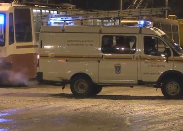В Петербурге после прорыва трубы провалилась часть дороги