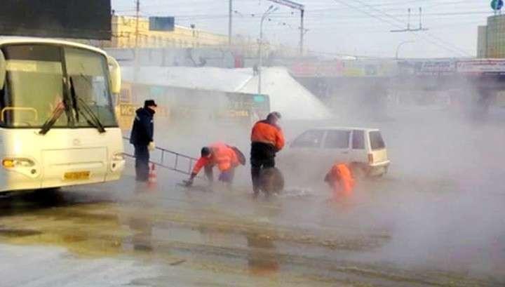 Из-за прорыва трубопровода машины в Екатеринбурге примёрзли к дороге