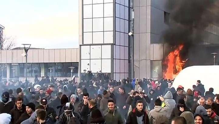 Оппозиционеры закидали парламент Косова коктейлями Молотова