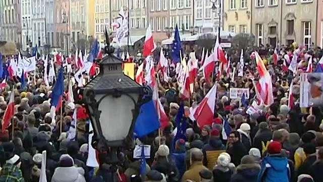 В Польше проходят массовые акции протесты против закона о СМИ
