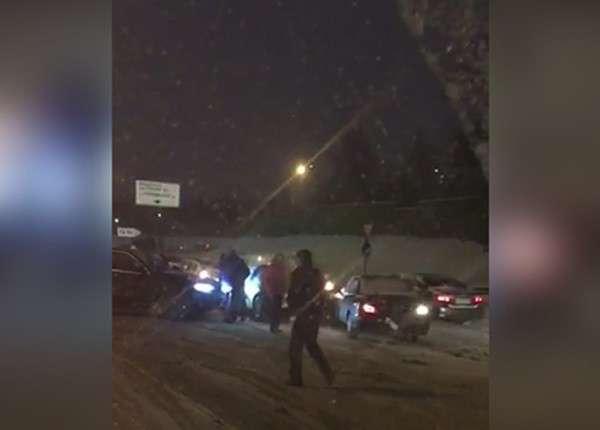 На МКАД из-за сильного снегопада столкнулось сразу 12 автомобилей