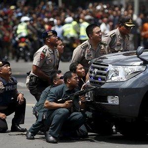 В центре столицы Индонезии сегодня произошла серия взрывов