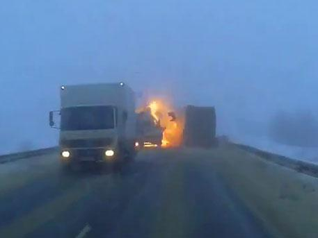 Огненный взрыв на «встречке»: видео ужасающей аварии под Саратовом