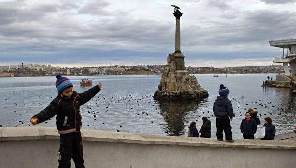 Ребенок прыгает с парапета набережной в Севастополе