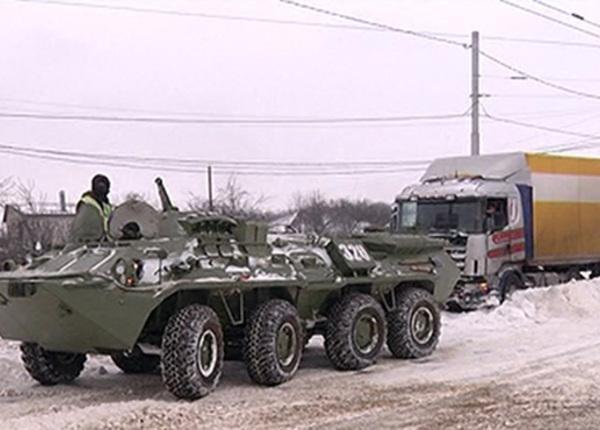 В Курске фуры пришлось доставать из снега с помощью бронетранспортёров