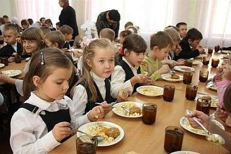 Самозванец Яценюк запретил кормить детей в школах и детсадах
